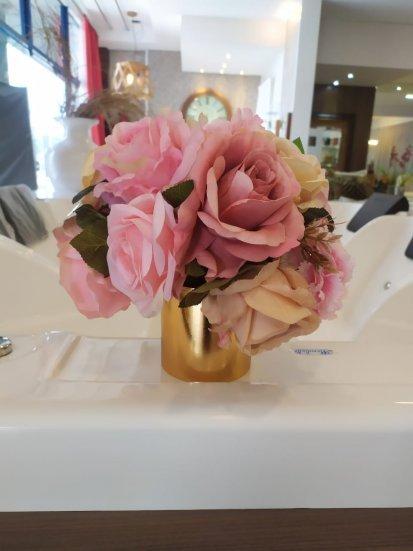 Vaso Dourado com Flores Coloridas