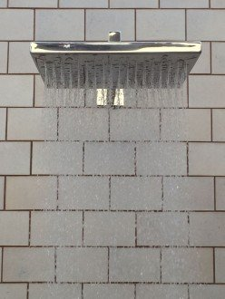 Ducha de parede quadrada em aço inox para piscinas