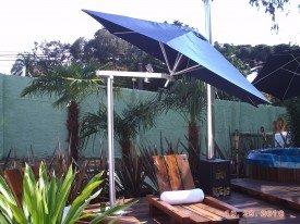 Guarda-sol com pé lateral em aluminio para piscinas .