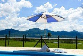 Guarda-sol ombrelone 2,40 octogonal estrutura em madeira e cobertura em bagun