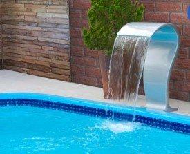 Cascata Sportech Grande fabricado em fibra de vidro para piscinas .